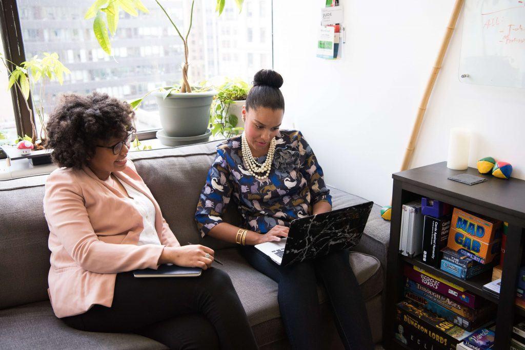 Twee dames op de bank aan het werk
