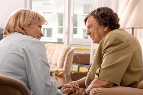 Oudere dame in gesprek met professional