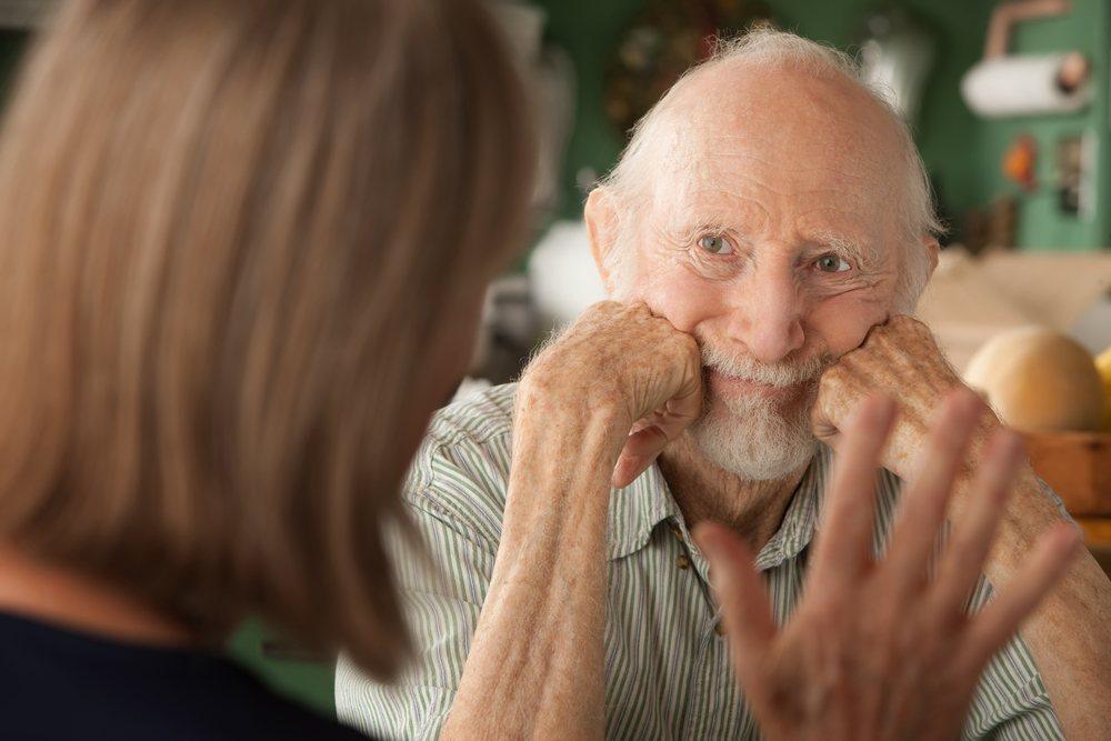 Vrouw in gesprek met een oudere man