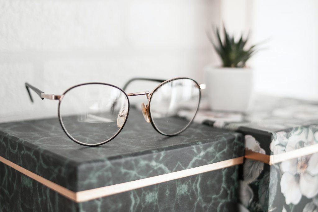 Met een andere bril naar de werkelijkheid kijken en met die bril op letterlijk de zin verzetten.